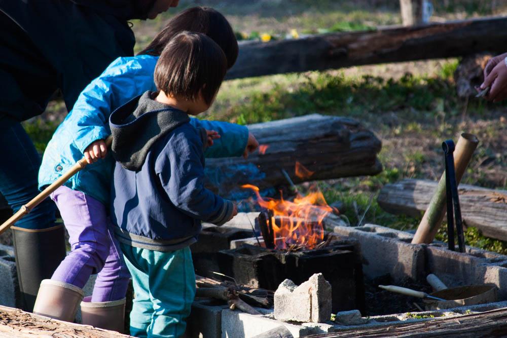 幼児の健康おやつ小豆味噌まんじゅうを食べながら焚き火