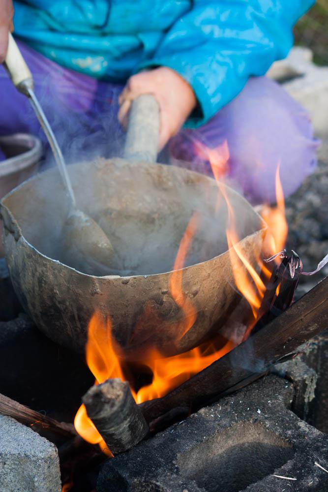 泥と本物の調理器具で料理する健康児