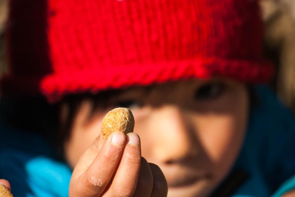 幼児の健康おやつ柿ペーストと干し柿の玄米粉クッキーを外で食べる