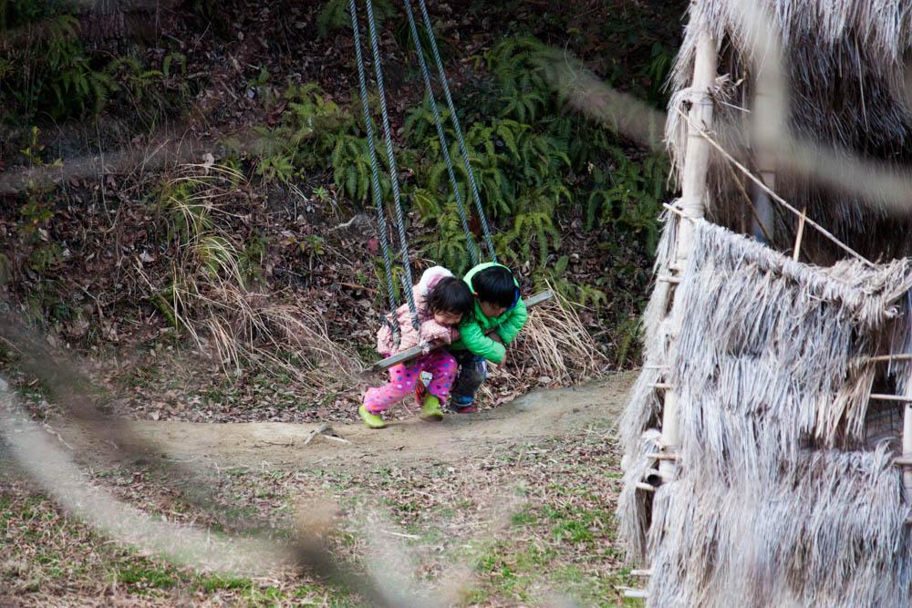 2人でブランコで遊ぶ健康児
