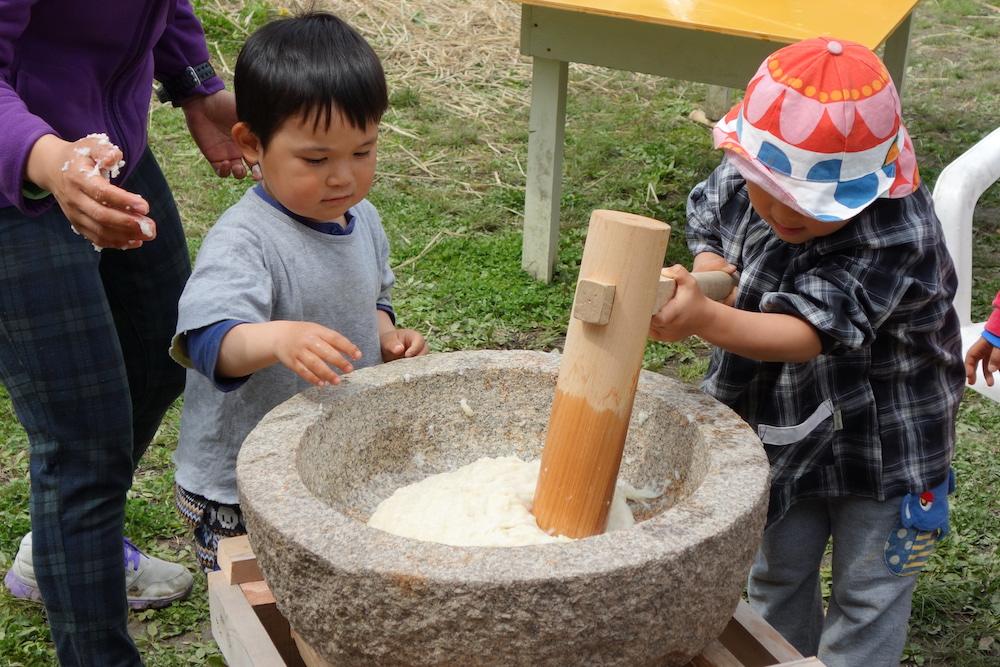 淡路島マンモスでお餅つきする健康児