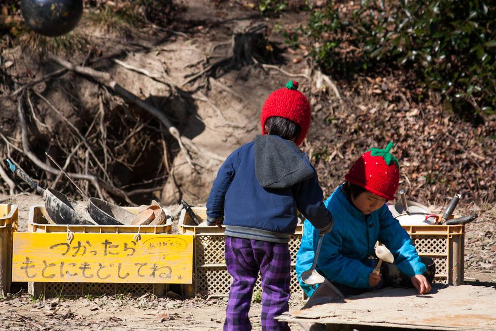 幼児の健康おやつ酒粕クラッカーを食べた後に遊ぶ子どもたち